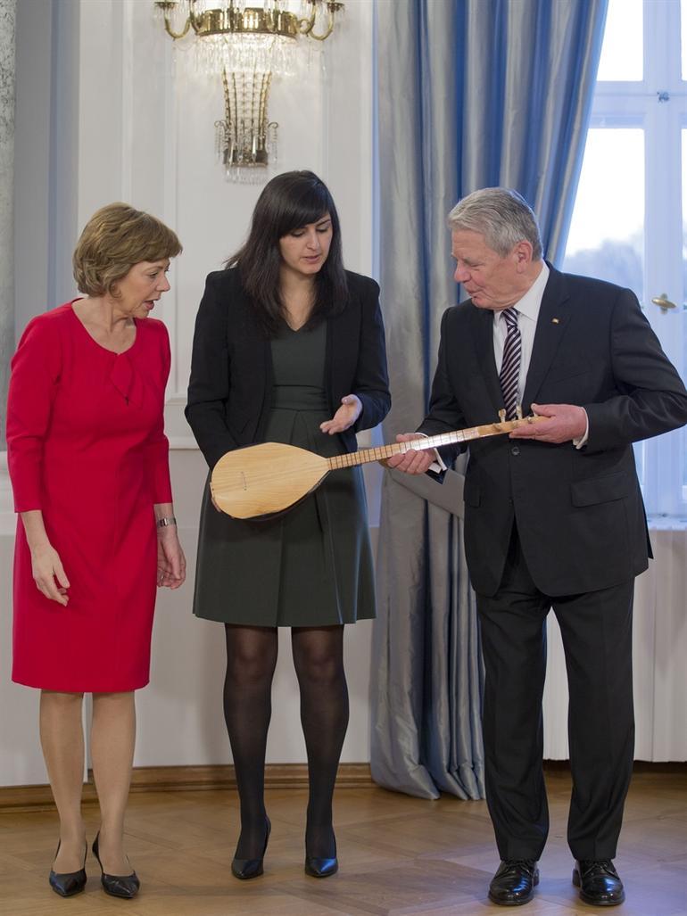 Gauck'a Alevilerin simgesel enstrümanı bağlama hediye edildi