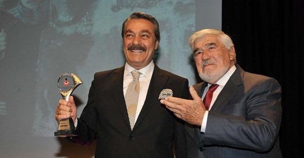 Kadir İnanır'ın Onur Ödülü aldığı törende 'Kürdistan'a özgürlük' pankartı