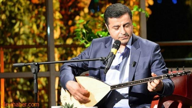 Aleviler Selahattin Demirtaş'a Bağlama Saz gönderdi