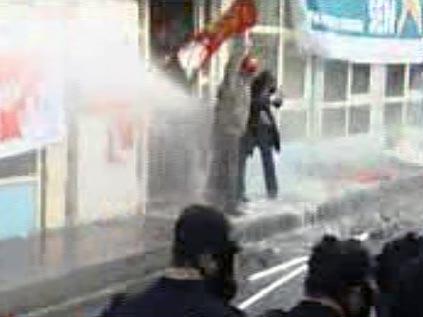 DİSK binasının önünde toplananlara polis saldırdı