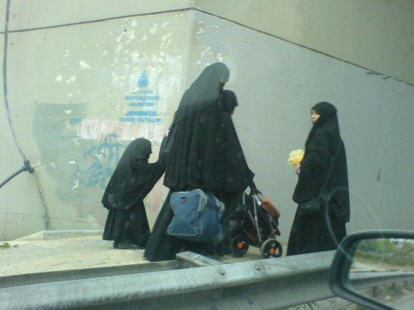 İzmir'de DSP'den kara çarşaf yakma eylemi