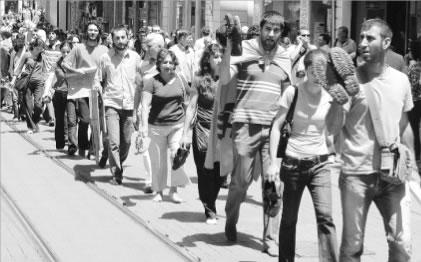 AKP'ye çıplak ayakla protesto