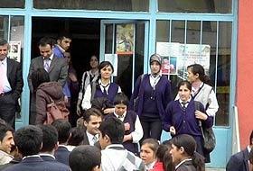 Okula türbanla giren lise öğrencileri!..
