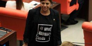 Babasının katledildiği Madımak tişörtüyle Meclis'te