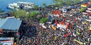 'Eşit yurttaşlık' isteyen Aleviler Kadıköy'e sığmadı