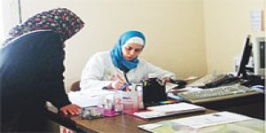 Türbanlı doktor muhabire saldırdı