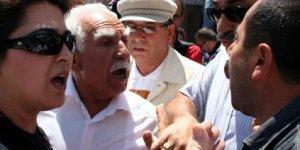 İki protestocu grup arasında mikrofon krizi