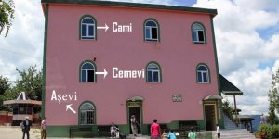 Minaresiz Camiye benzeyen Cemevleri ve Alaca 'Dedeler'