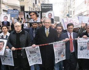 """Gazeteciler """"Özgürlük"""" için yürüdü"""