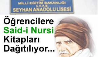 Öğrencilere Said-i Nursi kitapları dağıtılıyor
