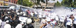 Belediye işçilerine polis saldırdı
